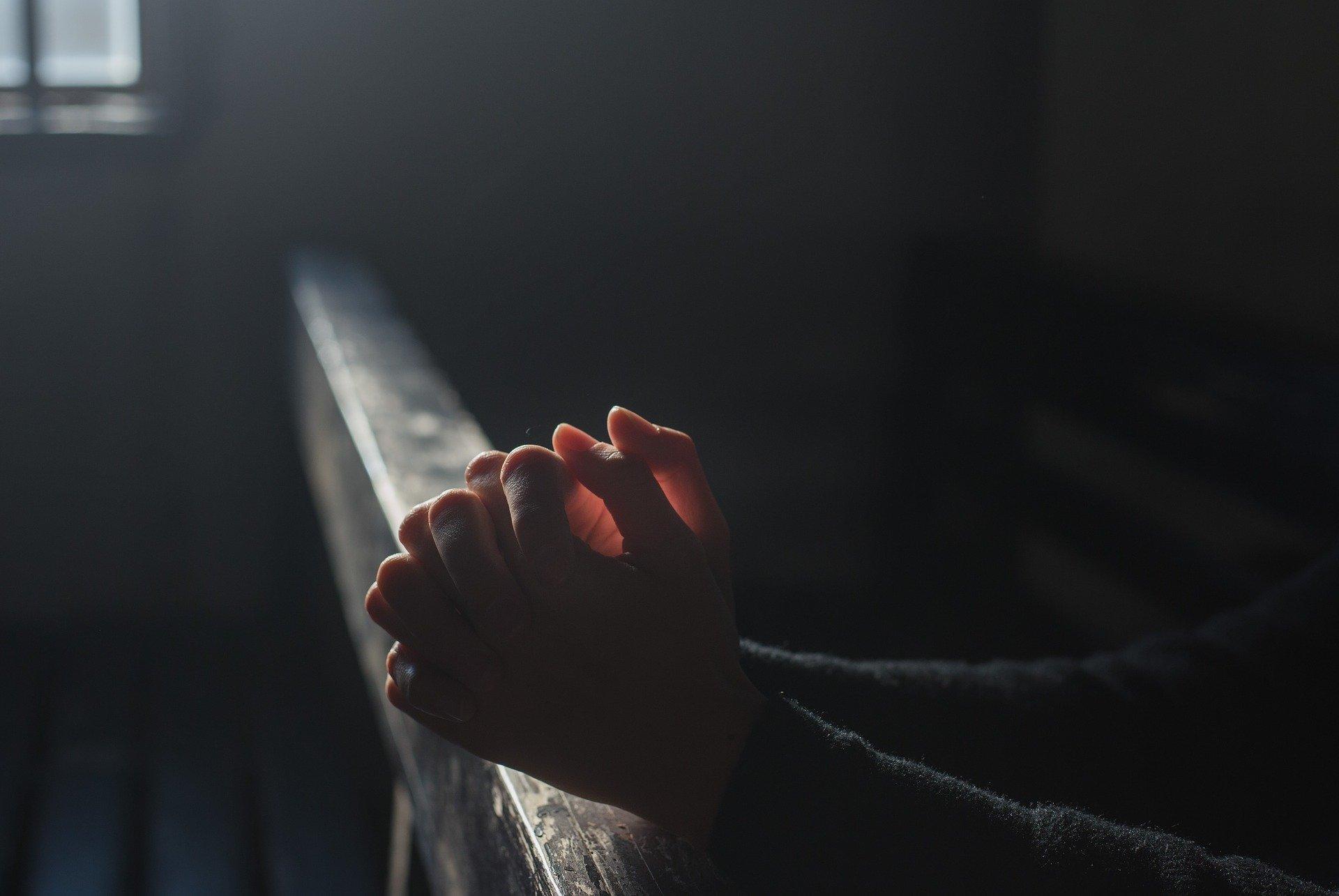 złożone ręce do modlitwy w kościele