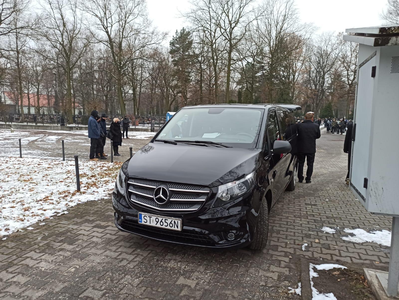 Samochód pogrzebowy - czarny Mercedes Vito